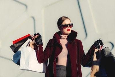 vrouw met kledingtassen