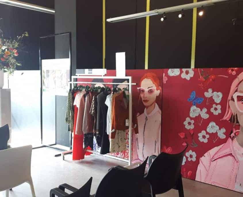 Trendpresenatie van kleding in een modezaak
